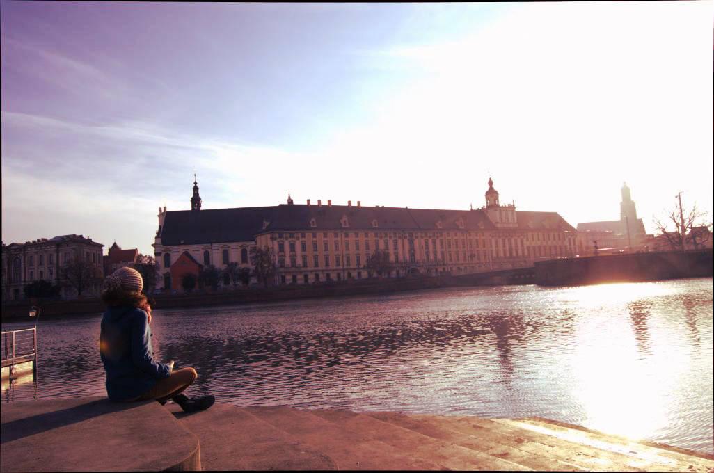 Svastikasana na Wyspie Słodowej, z widokiem na gmach Uniwersytetu Wrocławskiego
